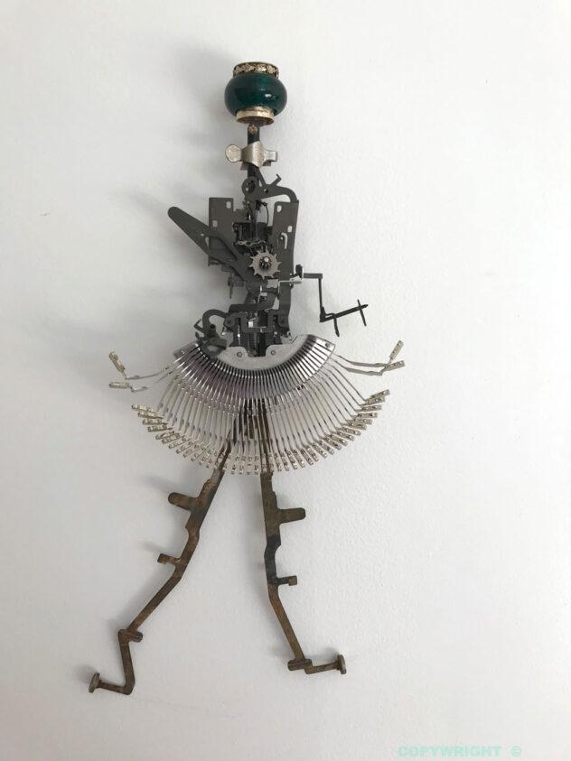 sculpture -objets recyclés -personnage -femme dactylo coquette, Hélène Patenaude