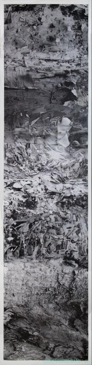 photos-collage-noir-et-blanc--écorce-et-débris-de-papier-sur-poteau-Hélène-Paré
