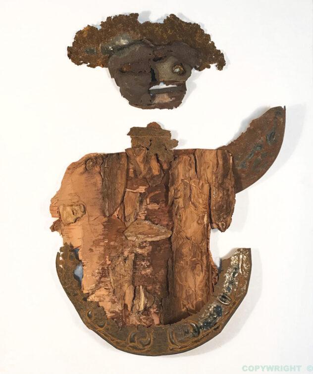 art-sculpture-masque-objets recyclés-personnage de fer et de bois envoyant la main-Hélène Patenaude