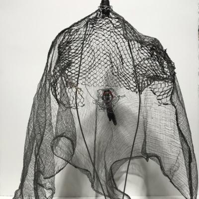 art-sculpture-personnage-femme-objets recyclés-une femme enceinte dans son filet de protection=Hélène Patenaude