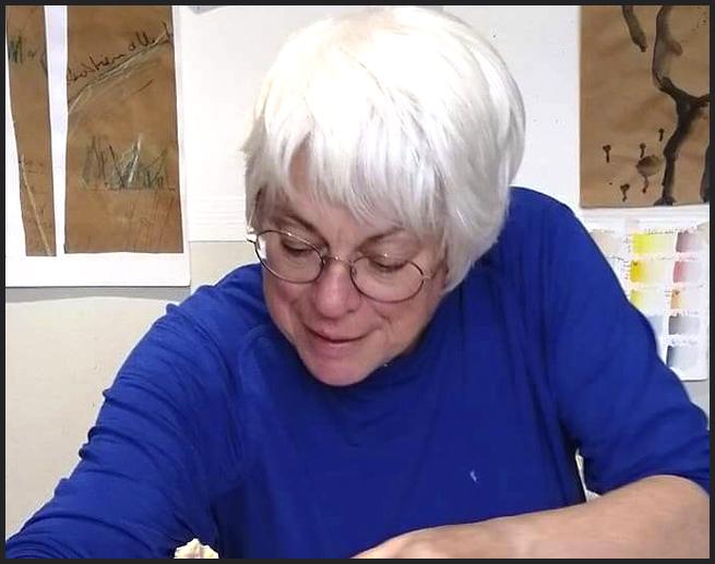 portrait de Hélène Patenaude au travail d'écriture art