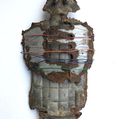 art-sculpture-masque-objets recyclés-personnage de fer debout et ligoté-Hélène Patenaude