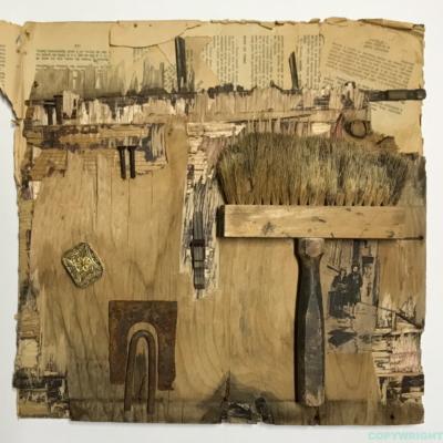 art-abstraction-collage-bas relief-brosse et autres objets recyclés sur fond de bois-Hélène Patenaude