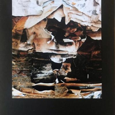 des papiers déchirés s'entrouvrent pour laisser entrevoir un monde imaginaire, Hélène Paré