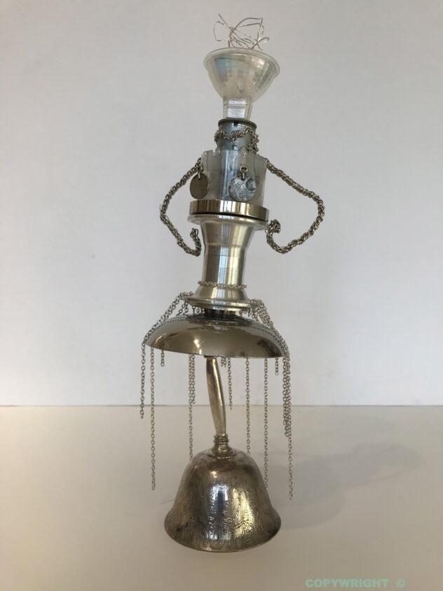 sculpture - personnage de femme coquette- verre -métal brillant - objets reclyclés - Hélène-Patenaude