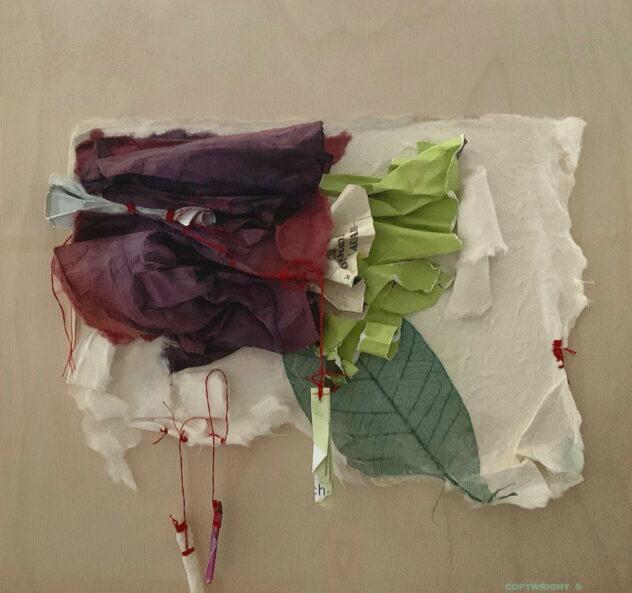 abstraction, masse de papier pourpre chiffonnée, avec papiers récupérés vert lime , deux rouleaux de papier suspendus par du fil rouge , sur un panneau de bois naturel .Sylvie Brodeur