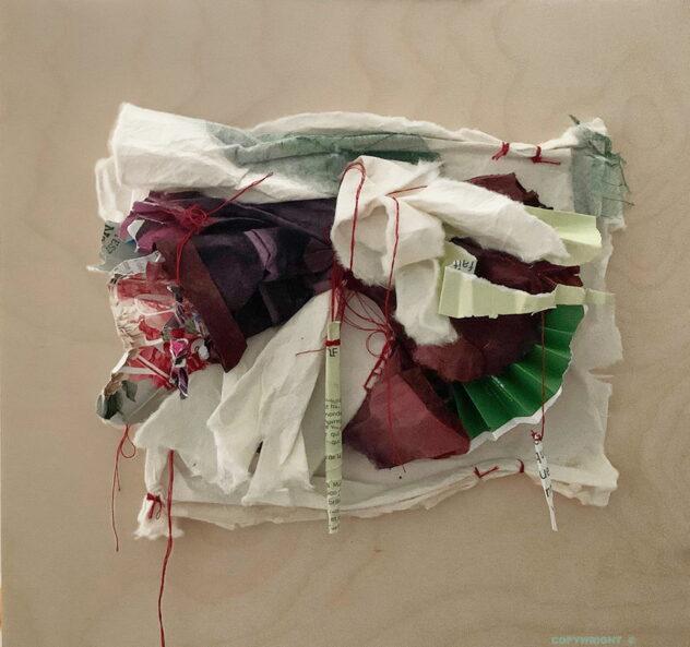 abstraction, masse de papier pourpre chiffonnée délimitée par du papier récupéré vert en accordéon à droite et de revue déchiré, froissé à gauche, papier de coton chiffonné et cousu par-dessus, trois rouleaux de papier suspendus par du fil rouge , Sylvie Brodeur