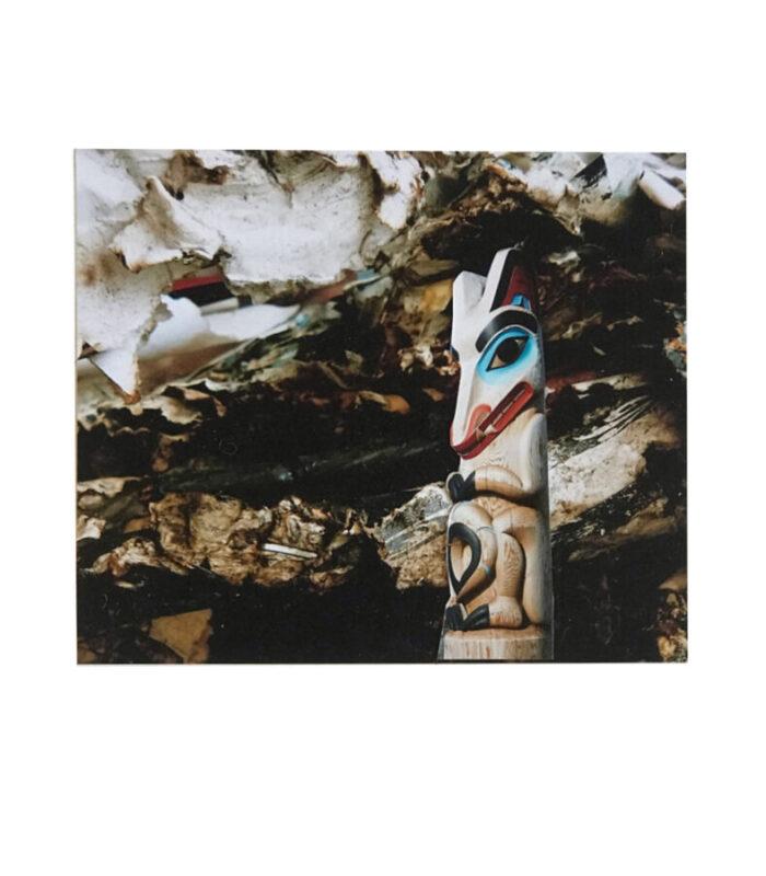 un totem apparait sur un fond abstrait fait de collage de papier, Hélène Paré